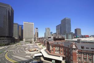 東京駅丸の内口とオフィスビル群の写真素材 [FYI04019271]
