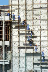 工事で働く人々の写真素材 [FYI04019496]