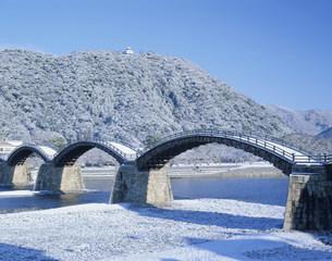 雪の錦帯橋の写真素材 [FYI04019602]