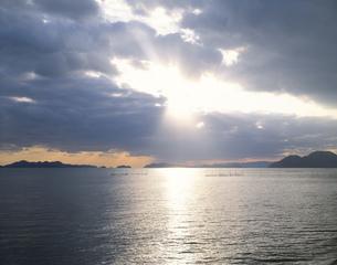 光指す海の写真素材 [FYI04019773]