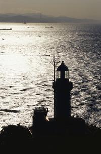 輝く海と佐田岬燈台 三崎町 愛媛県の写真素材 [FYI04019908]