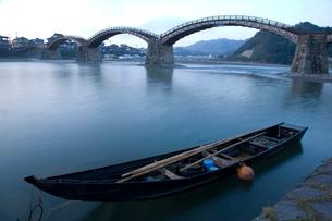 錦帯橋と和船の写真素材 [FYI04019928]