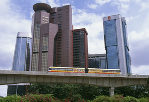 地下鉄と高層ビルの写真素材 [FYI04020088]
