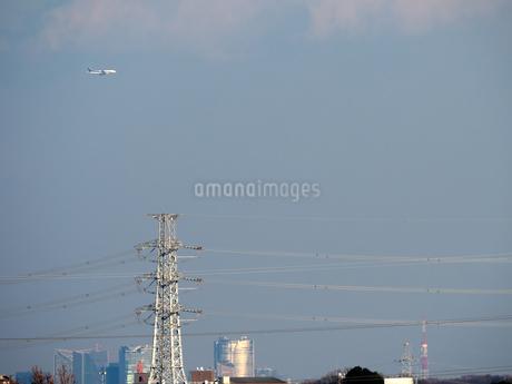 羽田空港の新ルートを利用して空港に進入する航空機の写真素材 [FYI04020444]