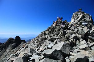 登山者と奥穂高岳山頂の写真素材 [FYI04021106]