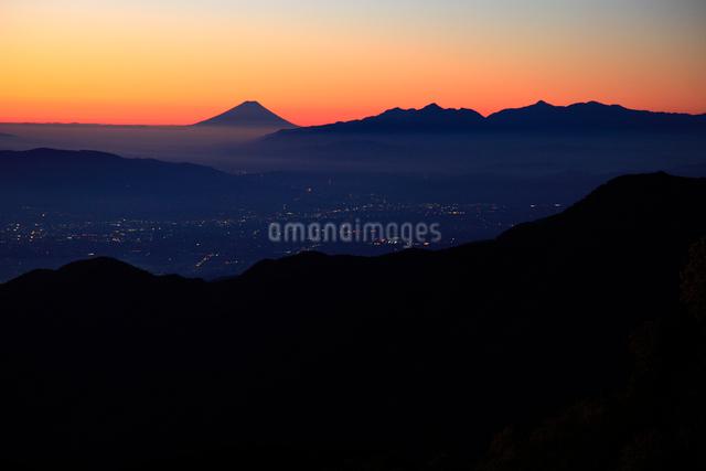 燕岳より朝焼けの南アルプスと富士山遠望の写真素材 [FYI04021157]