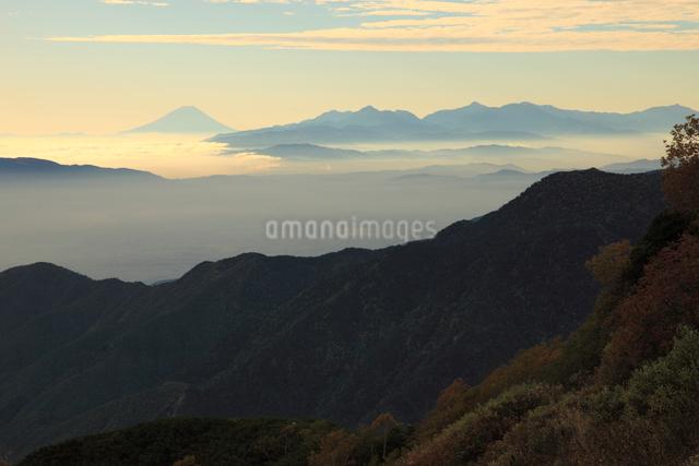 燕岳より南アルプスと富士山をのぞむの写真素材 [FYI04021173]