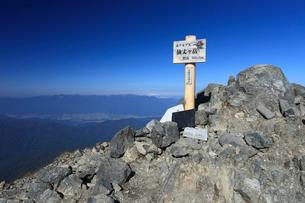 仙丈ケ岳山頂と中央アルプスの写真素材 [FYI04021244]