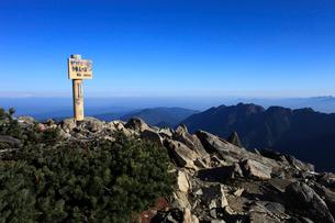 小仙丈ケ岳頂上と鋸岳の写真素材 [FYI04021245]