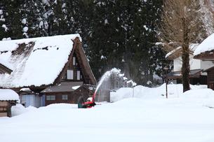 除雪機を使っての除雪の写真素材 [FYI04021410]
