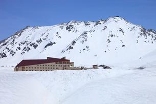 残雪の室堂と立山三山の写真素材 [FYI04021414]