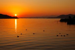 赤く染まる浜名湖と東名高速の写真素材 [FYI04021478]