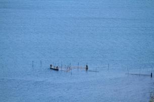 漁網をセットする漁師の写真素材 [FYI04021481]