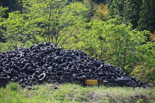 廃棄されたタイヤの写真素材 [FYI04021602]