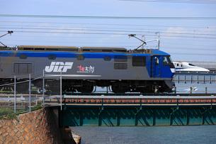 EF210牽引貨物列車と新幹線の写真素材 [FYI04021698]
