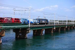 浜名湖を渡るEF210牽引貨物列車の写真素材 [FYI04021700]