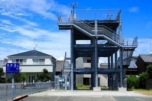 海抜を示す標識と津波避難タワーの写真素材 [FYI04021776]