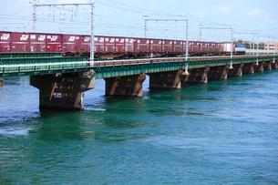 浜名湖を渡るEF210牽引貨物列車の写真素材 [FYI04021778]