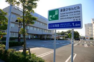 海抜表示と津波避難ビルを示す標識の写真素材 [FYI04021787]