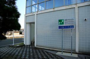 海抜を表示する標識と津波避難ビルの写真素材 [FYI04021795]