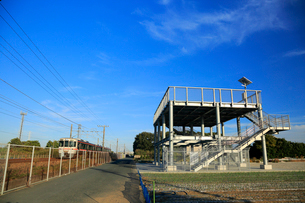 津波避難タワーと東海道本線を走行する電車の写真素材 [FYI04021812]