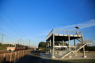 津波避難タワーと東海道本線を走行する電車の写真素材 [FYI04021814]