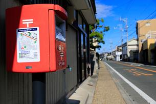 郵便ポストに貼られた津波緊急避難場所マップの写真素材 [FYI04021815]