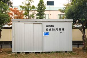 公園の防災倉庫に貼られた海抜表示の標識の写真素材 [FYI04021817]