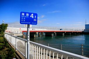 海抜表示の標識と新幹線と浜名湖の写真素材 [FYI04021819]