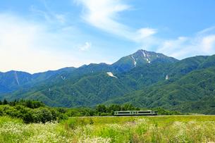 小海線の普通列車と甲斐駒ケ岳の写真素材 [FYI04021823]