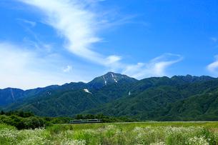 小海線の普通列車と甲斐駒ケ岳の写真素材 [FYI04021824]