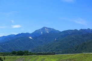 小海線の普通列車と甲斐駒ケ岳の写真素材 [FYI04021825]