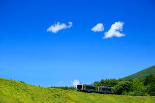 小海線のハイブリッド車両と青空の写真素材 [FYI04021826]