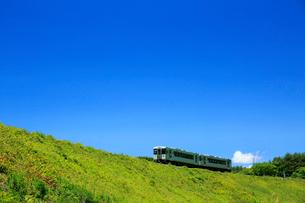 小海線の普通列車と青空の写真素材 [FYI04021829]