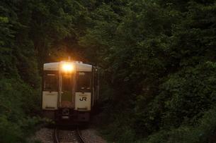 小海線の普通列車の写真素材 [FYI04021837]
