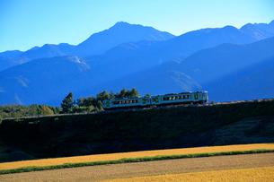 小海線の普通列車と南アルプス甲斐駒ケ岳の写真素材 [FYI04021847]