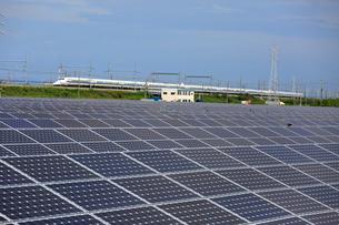ソーラーパネルと東海道新幹線の写真素材 [FYI04021857]