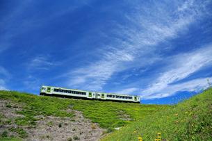 小海線の普通列車の写真素材 [FYI04021860]