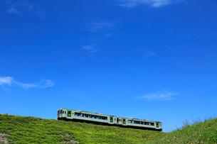小海線の普通列車と青空の写真素材 [FYI04021861]