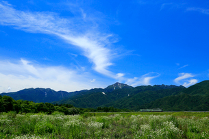 小海線の普通列車と甲斐駒ケ岳の写真素材 [FYI04021863]