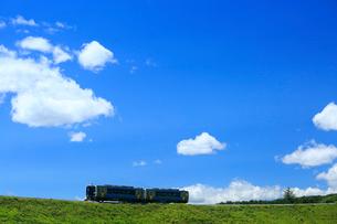 小海線のハイブリッド車両と青空の写真素材 [FYI04021864]