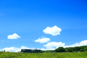 小海線のハイブリッド車両と青空の写真素材 [FYI04021867]