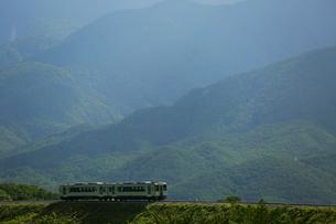 小海線の普通列車の写真素材 [FYI04021878]