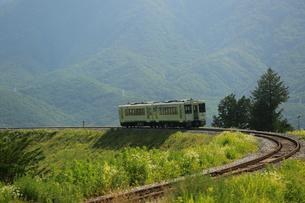 小海線の普通列車の写真素材 [FYI04021880]