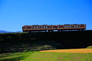 小海線の普通列車の写真素材 [FYI04021882]