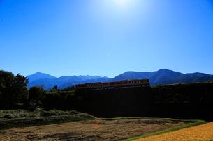 小海線の普通列車と南アルプスの写真素材 [FYI04021885]