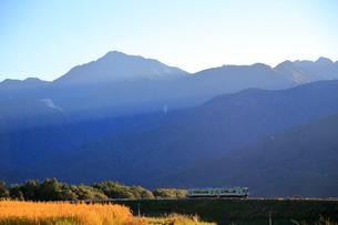 小海線の普通列車と南アルプス甲斐駒ケ岳の写真素材 [FYI04021888]