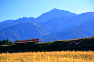 小海線の普通列車と南アルプス甲斐駒ケ岳の写真素材 [FYI04021889]