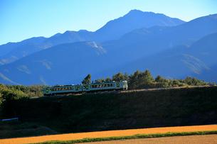 小海線の普通列車と南アルプス甲斐駒ケ岳の写真素材 [FYI04021891]