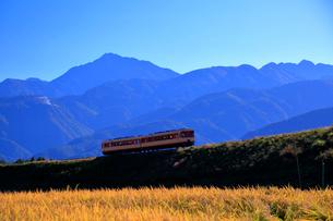 小海線の普通列車と南アルプス甲斐駒ケ岳の写真素材 [FYI04021892]
